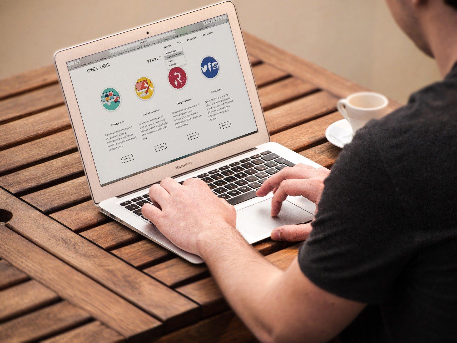 Homme sur un site web